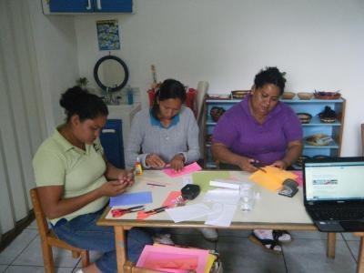 Yasmina, Brenda and Cándida learn to make their own materials