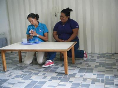 Cándida receiving training from one of the Costan Rican teachers on how to use materials correctly